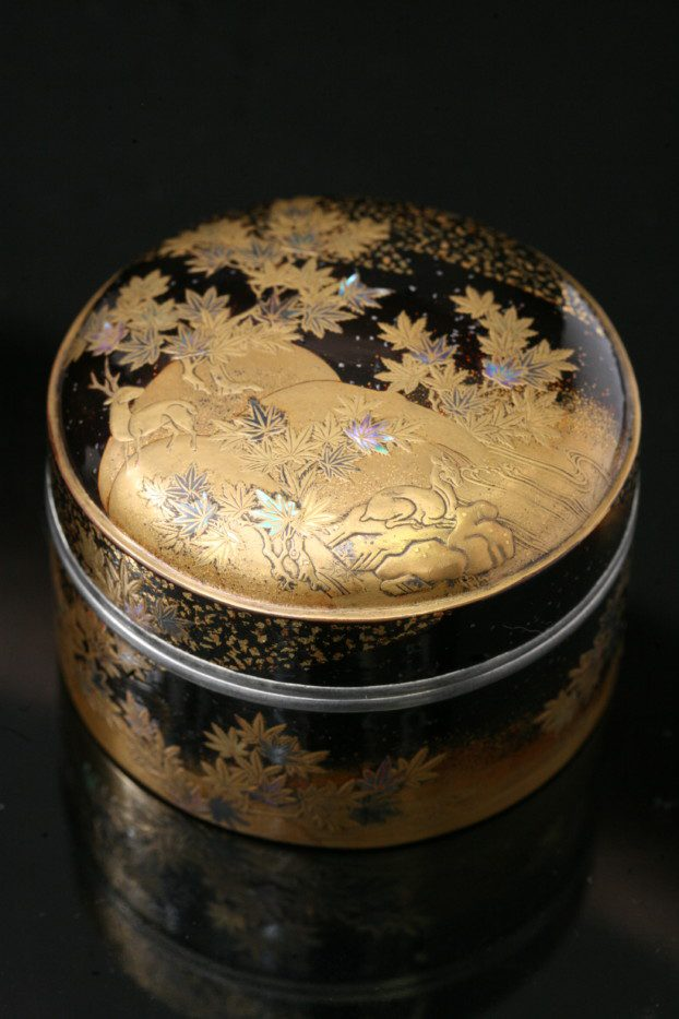 Boite japonaise noire et or décorée de cerfs au bord d'un point d'eau
