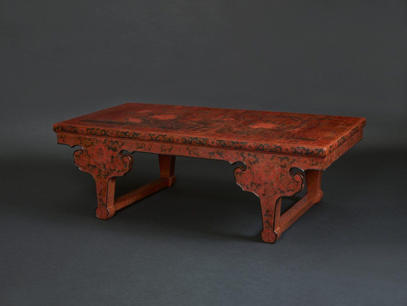 Table de kang en laque gravée ornée d'un phoenix