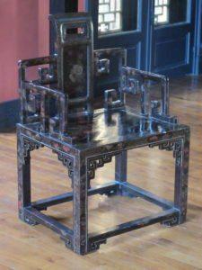 Fauteuil à décor polychrome (98cm x 64cm x 52cm)