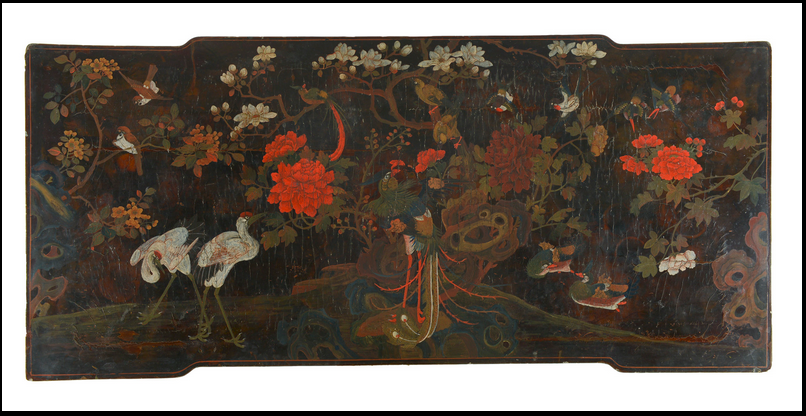 Plateau du marche pied de trône à décor d'oiseaux en laque polychrome (32cm x 101cm x 76cm)
