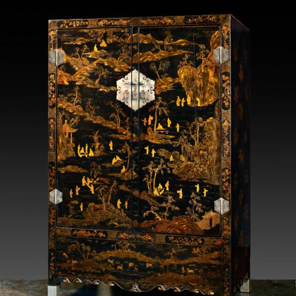 Armoire à fond noir et décor à l'or (197cm x 128cm x 64cm)