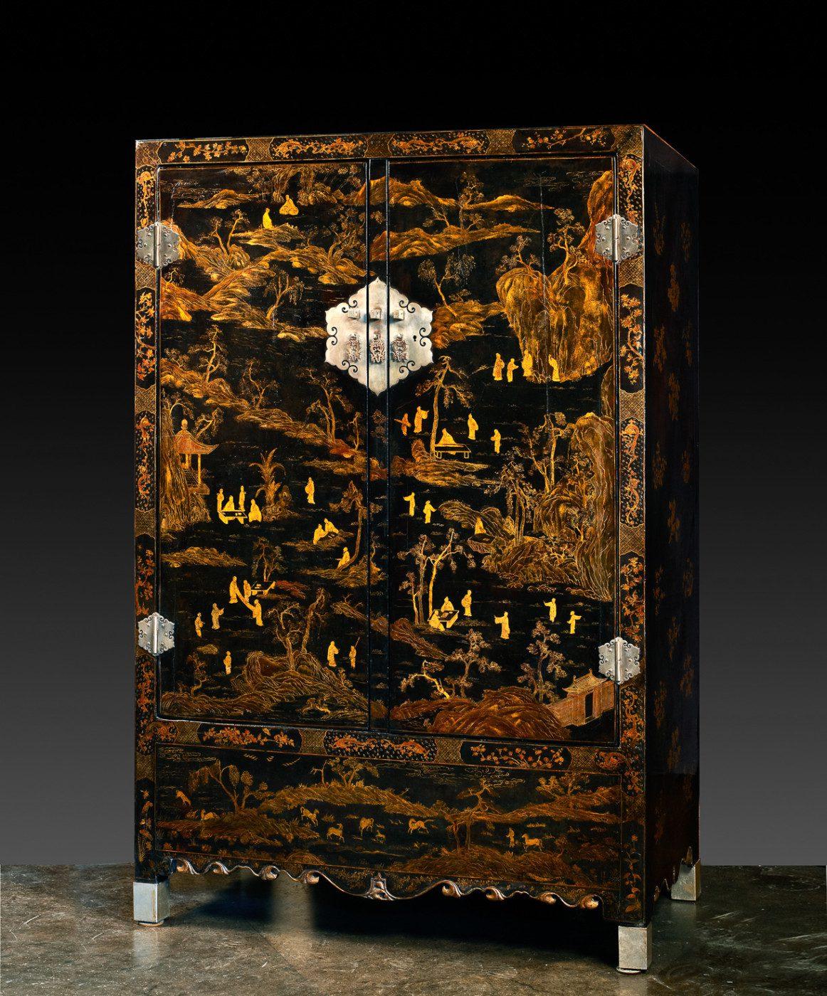 Guarda-roupa com fundo preto e decoração dourada (197cm x 128cm x 64cm)