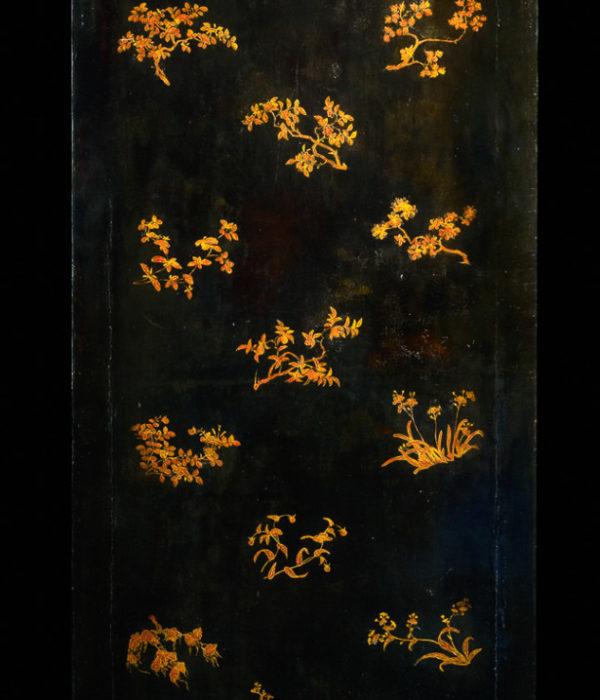 Armoire à fond noir et décor à l'or