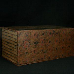 Boîte gravée à décor de rinceaux et fleurs de lotus géométriques