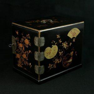 Coffret portatif à décor de branches fleuries (3 tiroirs)