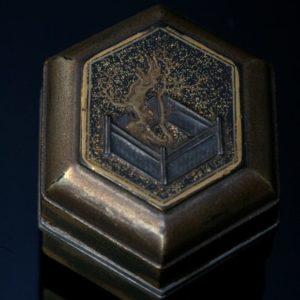 Boîte hexagonale à décor d'arbre
