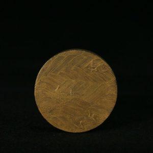 Boîte à fard ronde en laque d'or à décor de cinq grues