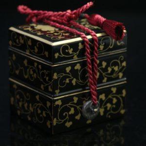 Kobako miniature à décor de pivoines et rinceaux