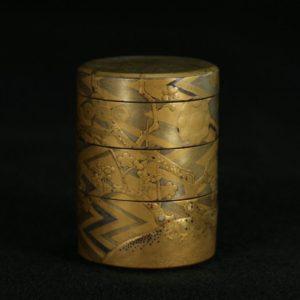 Boîte à compartiments à décor de prunus et de lignes géométriques